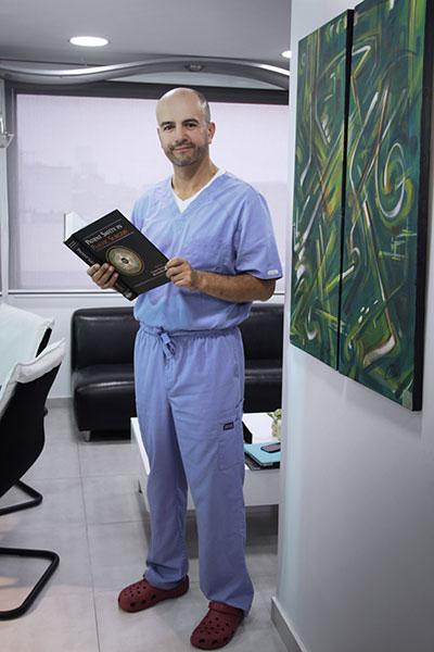 Cirujano plástico de Colombia esperándola